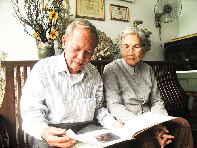 Vợ chồng ông Tô Phước Khanh với tài liệu ghi chép về đáy biển Trường Sa Ảnh: HỒNG ÁNH