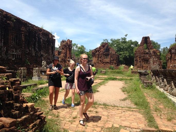 Du khách nước ngoài ở Thánh địa Mỹ Sơn - Quảng Nam. Ảnh: Thái Phương