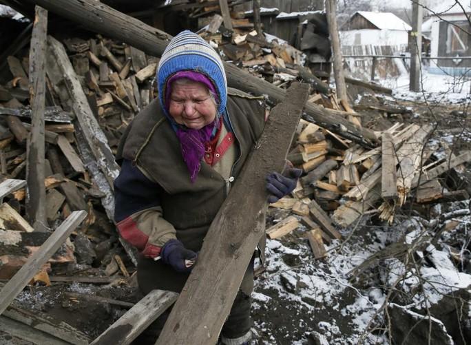 Nỗi đau xót khi nhà bị phá hủy. Ảnh: Reuters