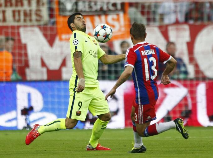 Suarez trong một pha đối đầu với các cầu thủ Bayern Munich