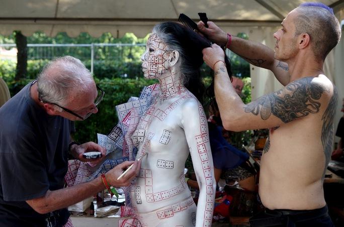 Các nghệ sĩ và người mẫu mất nhiều thời gian thực hiện tác phẩm