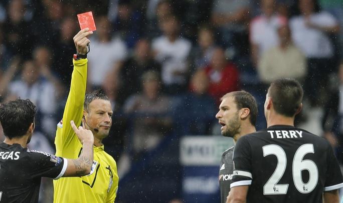 Chiếc thẻ đỏ của Terry ở phút 54 đẩy Chelsea vào thế chống đỡ trong thời gian còn lại