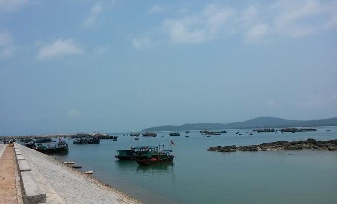 Thuyền của các ngư dân neo đậu trên đảo Cô Tô