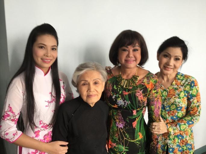 NSƯT Phượng Loan khuyên nghệ sĩ trẻ học đàn bầu
