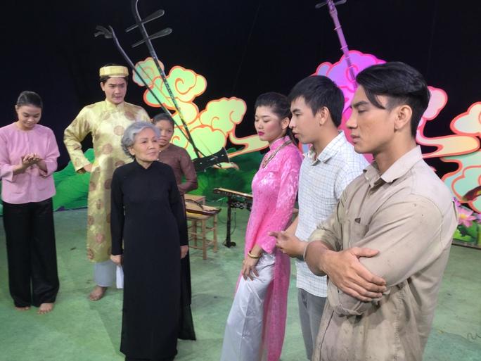 Nghệ sĩ Út Bạch Lan trên sàn tập tại Trung tâm Tổ chức Biểu diễn và Điện ảnh TP HCM