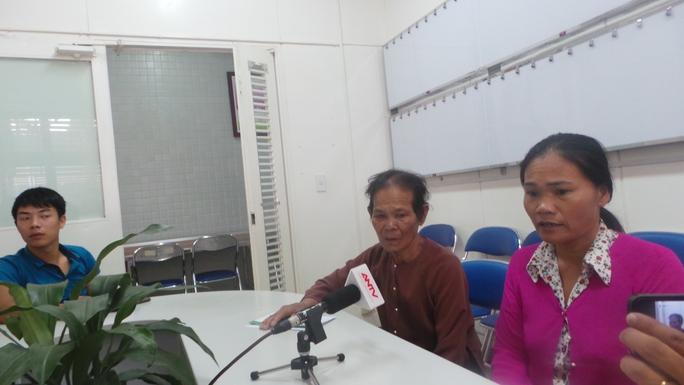 Mẹ và vợ nạn nhân đang đau khổ vì tai nạn ập đến gia đình.