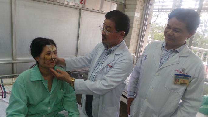 Khuôn mặt chị Phú được tái tạo thành công sau 12 giờ phẫu thuật