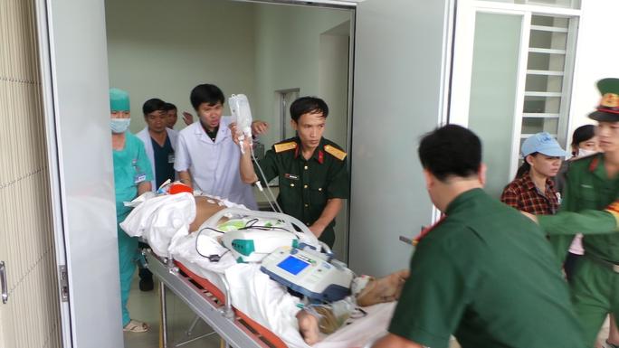 Thủy thủ gặp nạn được chuyển về đất liền để được tiếp tục chữa trị.