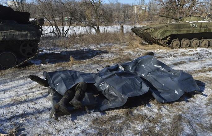 Thi thể binh lính Ukraine thiệt mạng ở Debaltseve được đưa về doanh trại tại thị trấn Artemivsk hôm 18-2. Ảnh: REUTERS
