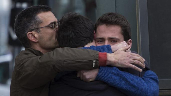 Thân nhân an ủi nhau tại sân bay Barcelona - Tây Ban Nha. Ảnh: AP