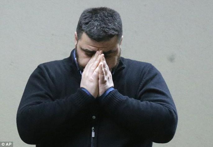 Thân nhân đau khổ chờ tin ở Dusseldorf - Đức. Ảnh: AP