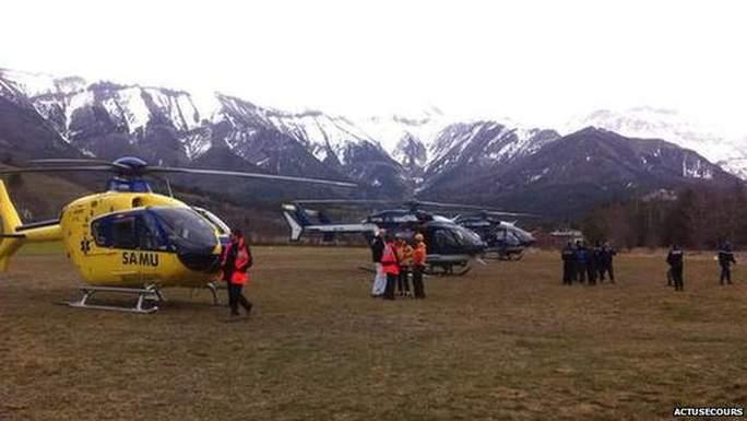 Trực thăng cứu hộ có mặt gần dãy núi Alps. Ảnh: BBC