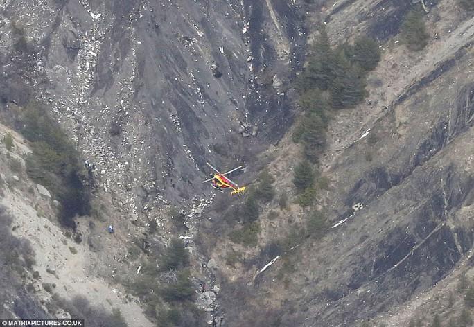 Trực thăng cứu hộ bay trên khu vực bên dưới có những mảnh vỡ của 4U9525. Ảnh: Matrixpictures