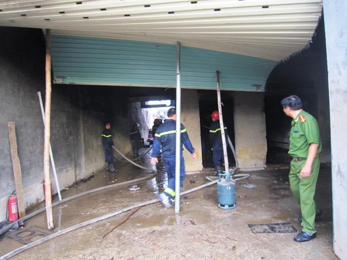 Lực lượng công an đến điều tra và xử lý vụ cháy