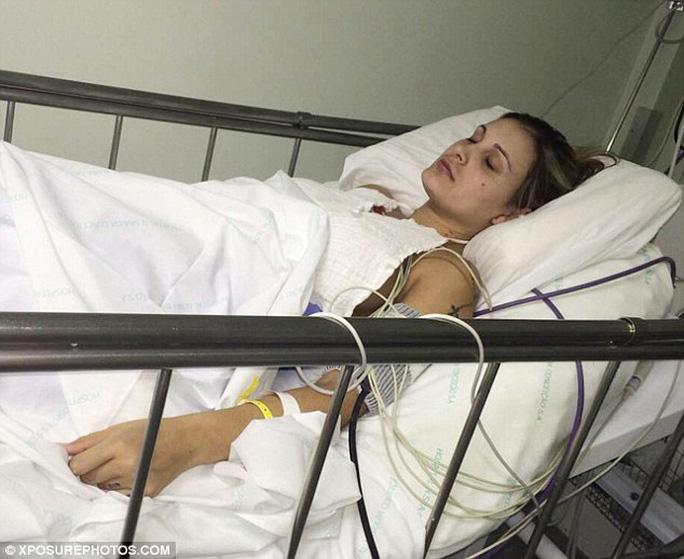 Andressa Urach đau khổ trên giường bệnh