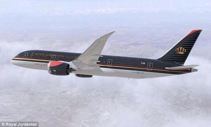 Một phụ nữ chuyển dạ ngay trên chuyến bay Royal Jordanian J261. Ảnh: Royal Jordanian