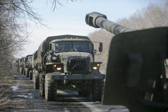 Các khẩu pháo được phe ly khai rút khỏi chiến trường hôm 25-2. Ảnh: Reuters