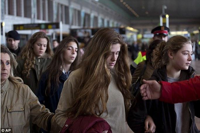 Thân nhân hành khách tại sân bay Barcelona - Tây Ban Nha. Ảnh: AP