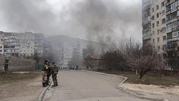 Binh lính Ukraine canh gác ở TP Mariupol hôm 24-1. Ảnh: Reuters