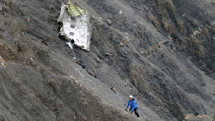 Nhân viên cứu hộ tiếp cận các mảnh vỡ máy bay trên sườn núi Alps cheo leo. Ảnh: EPA