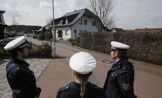 Cảnh sát đang canh giữ ngôi nhà mà Andreas Lubitz sống ở Montabaur – Đức. Ảnh: AP