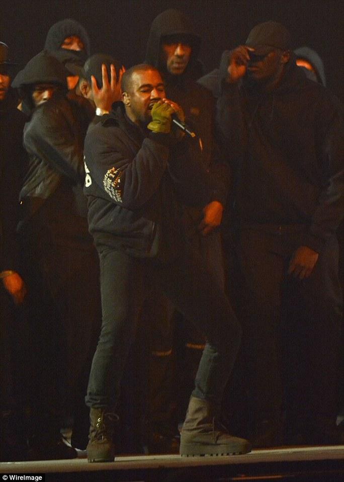 Kanye West trên sân khấu lễ trao giải