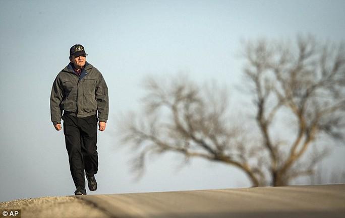 Ông Simoff đi bộ 56 km đến chỗ làm mỗi ngày. Ảnh: AP