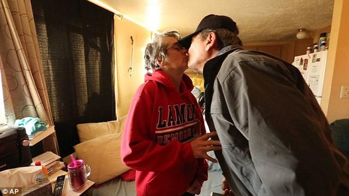 Ông Simoff hôn vợ Renee. Ảnh: AP