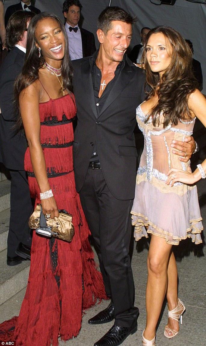 Nhà thiết kế Stefano Gabbana và hai người mẫu