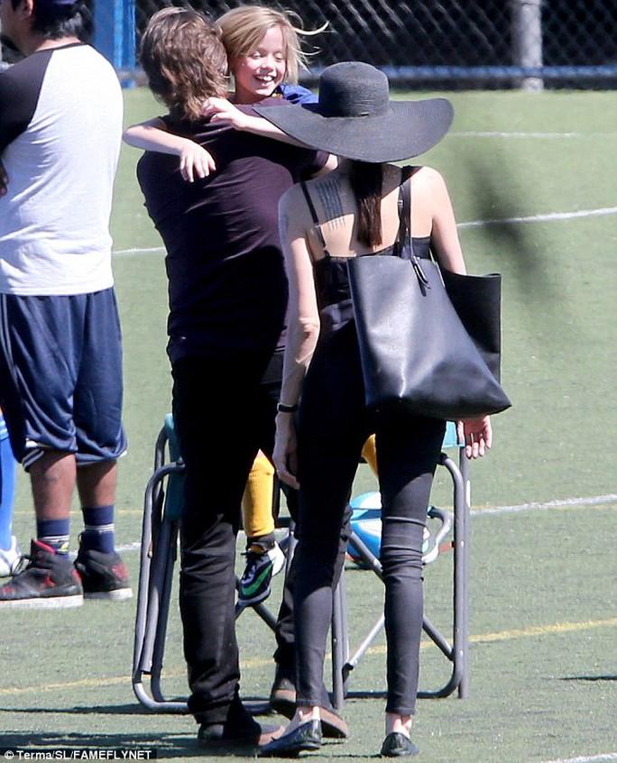 Angelina Jolie và Brad Pitt hôn nhau nồng nàn