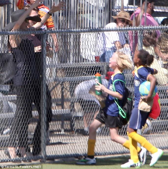 Shiloh và Zahara mê đá bóng