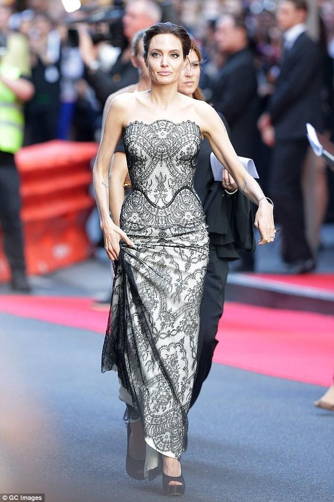 Angelina Jolie luôn tất bật