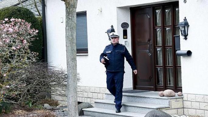 Cảnh sát khám xét nhà của Lubitz ở Montabaur ngày 26-3. Ảnh: Reuters