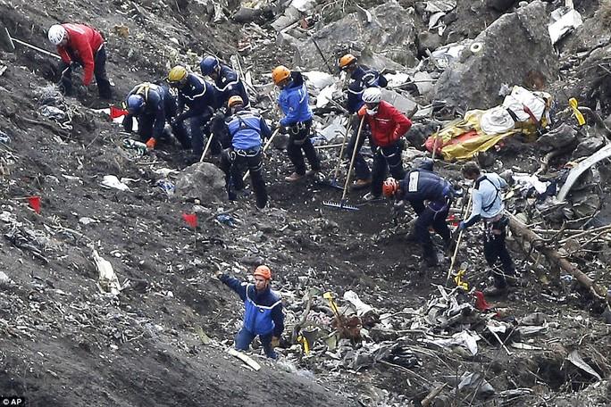 Nhân viên cứu hộ tại hiện trường tai nạn. Ảnh: AP