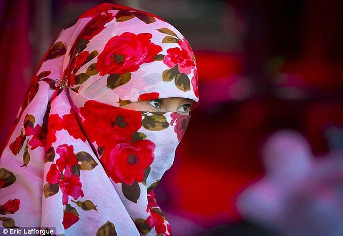 Một phụ nữ Duy Ngô Nhĩ đeo mạng che mặt. Ảnh: Daily Mail