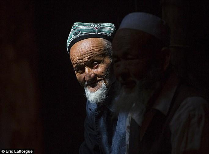 Một người đàn ông Duy Ngô Nhĩ để râu dài. Ảnh: Daily Mail