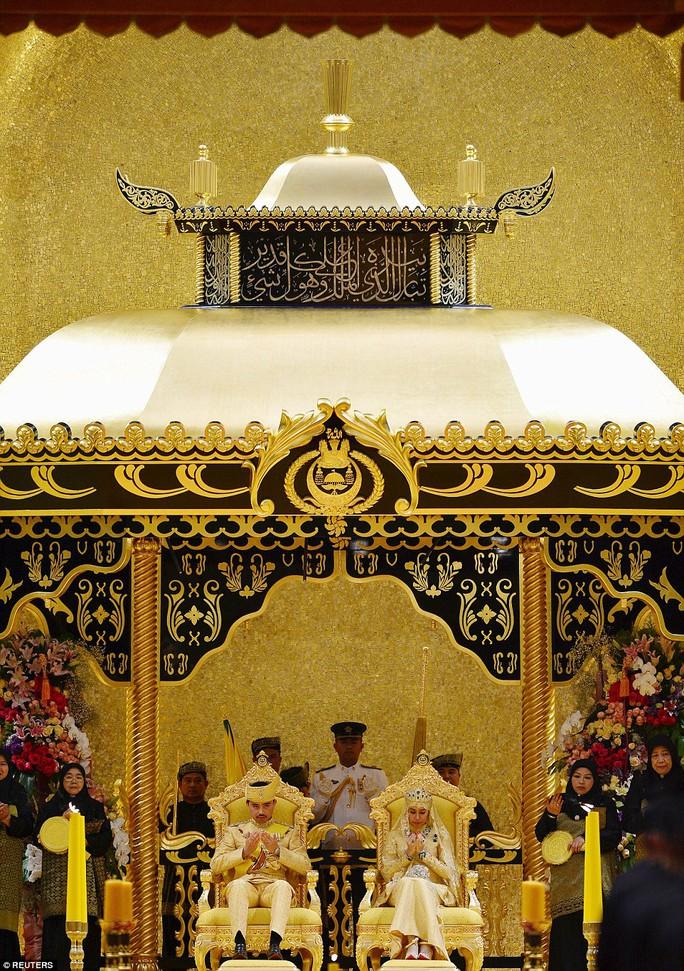 Hoàng tử Abdul Malik, 31 tuổi, đã cùng cô Dayangku Raabiatul Adawiyyah Pengiran Haji Bolkiah, 22 tuổi thực hiện nghi thức. Ảnh: Reuters