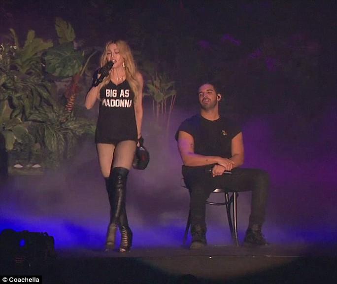 Bà đi vòng quanh Drake