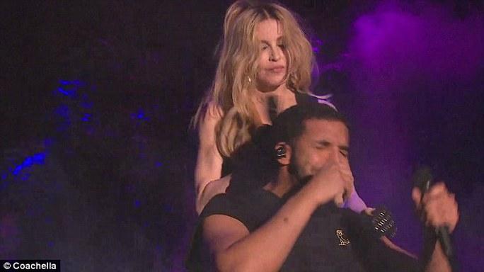 Phản ứng của Drake sau nụ hôn