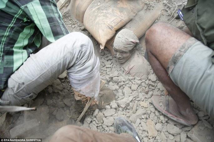 Một người đàn ông bị chôn dưới đống đất đá