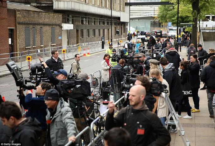 Đám đông đứng trước bệnh viện