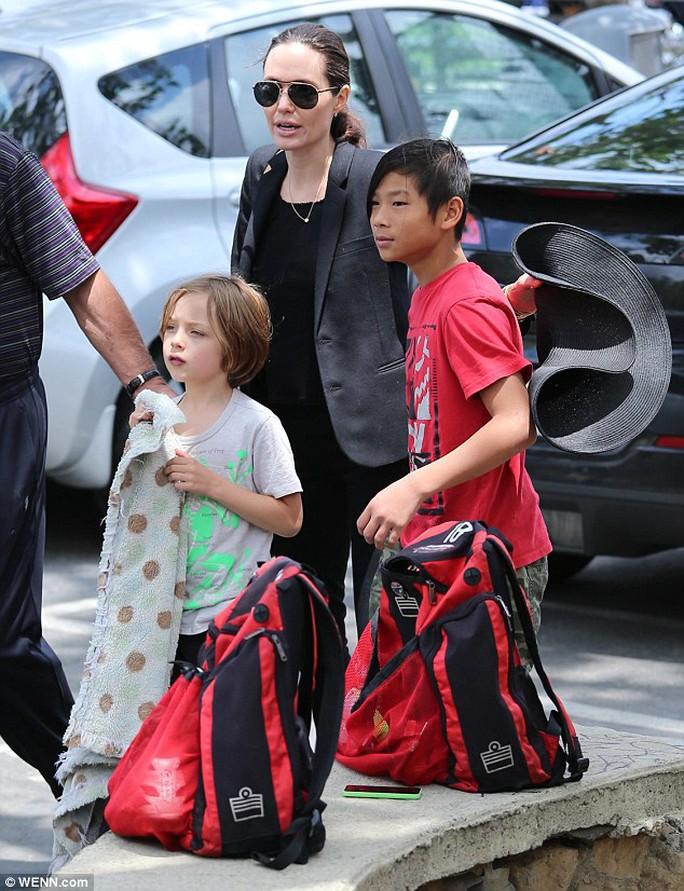 Angelina Jolie và hai con trai: Pax Thiên và Knox