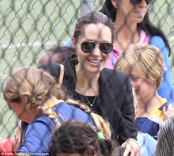 Angelina Jolie và đồng đội của các con gái