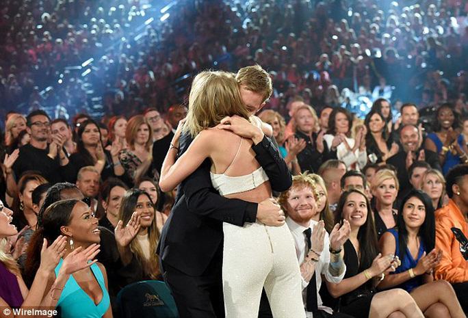 Taylor Swift tiếp tục thắng lớn khi được vinh danh 8 giải thưởng quan trọng trong tổng số 14 đề cử