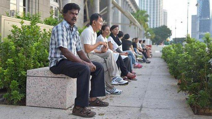 Người dân Singapore có mặt dọc tuyến đường đưa tang ông Lý từ sớm. Ảnh: Straits Times