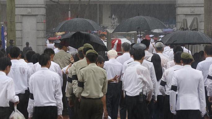 ...không ngăn được người dân tiễn đưa ông Lý. Ảnh: Straits Times