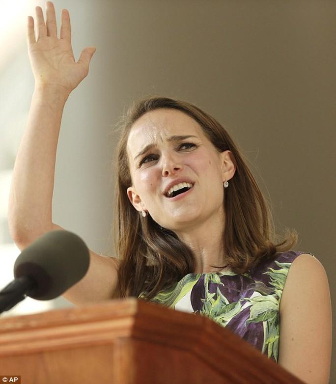 Natalie phát biểu tại một sự kiện ở trường Harvard