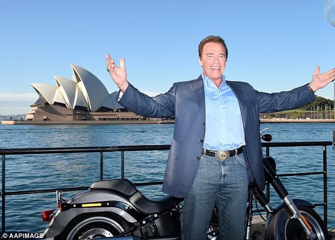 Arnold Schwarzenegger trước biểu tượng Sydney