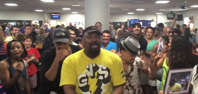 Gây sốt vì ngẫu hứng nhạc kịch tại sân bay