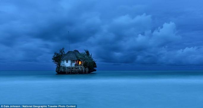 Nhà hàng The Rock, nằm trên một tảng đá ở ngoài khơi phía đông nam của bờ biển Zanzibar